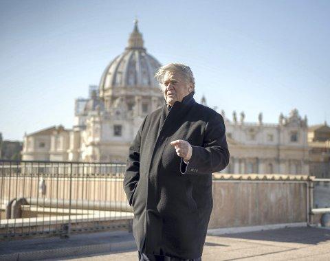 Europa: Steve Bannon, tidligere rådgiver og nøkkelmann for president Donald Trump, bruker nå mye tid på å bygge opp et nettverk av europeiske politiske på ytterste høyre fly. Her foran Peterskirken i Roma. FOTO: Marco Bonomo, AP