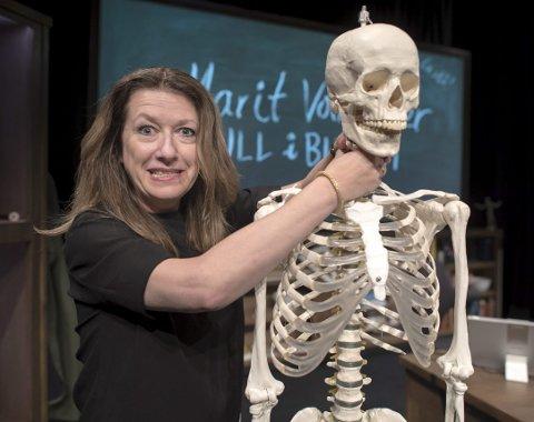 I mai er det slutt for både skjelett og biologiundervisning. Marit Voldsæter kvir seg til siste forestilling.