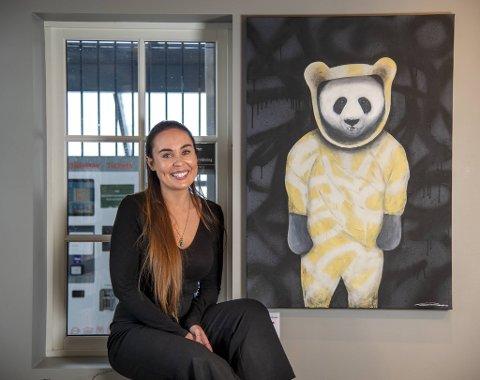 Siri Røiseth (30) satset alt på kunsten og traff blink. - Jeg lever drømmen nå, sier Siri Røiseth som nå er aktuell med utstilling på Fløyen.