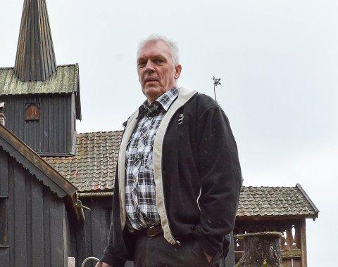 VET SVARET: Olaf Vatnås er oppvokst og bor ved Vatnås kirke på Greenskogen i Sigdal.
