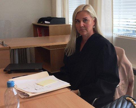 Advokat Andrea Wisløff forsvarer gutten som er tiltalt for å klatre inn et vindu og slå en rival i ansiktet.