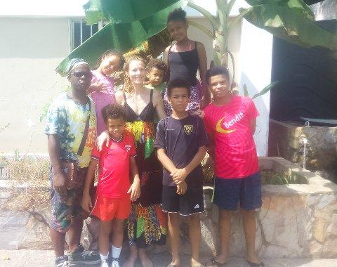 FAMILIEN: Bak frå venstre: Jerome, Simone (7), Karin, Benjamin (4), og Nathalie (11). Frå venstre framme: Emmanuel (9), David (13), og Ebenezer (14)