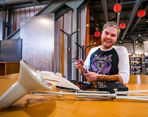 Repareres: 20. oktober håper Stig Kaino at noen kan hjelpe til med å fikse småelektronikk under «fiksefesten» på biblioteket.