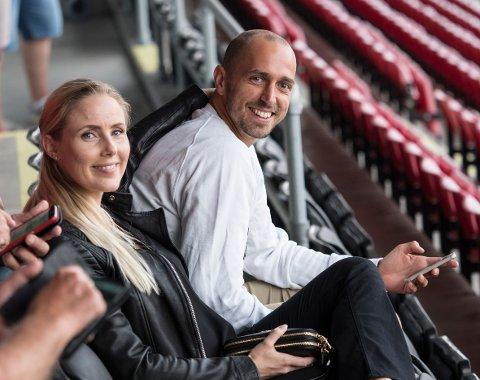 PÅ TRIBUNEN: Sakari Mattila har til nå måtte se FFKs kamper fra tribunen. Her sammen med kona Kristina.