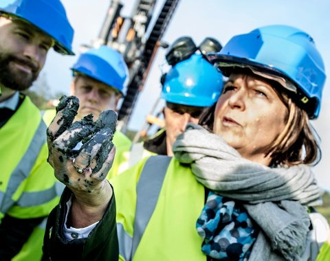 Lere gir høy pris: Prosjektdirektør Anne Siri Haugen i Bane NOR viser frem kvikkleren som skaper store problemer for utbyggerne. (Arkivfoto: Geir A. Carlsson)