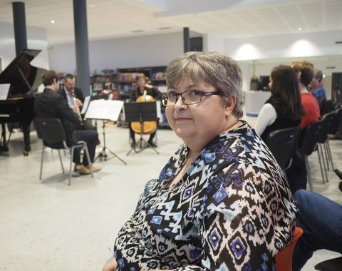 Heidi Wold ble smått historisk da hun torsdag formiddag kom inn døren til biblioteket i Narvik som besøkende nummer 100.000.  Foto: Jan Erik Teigen