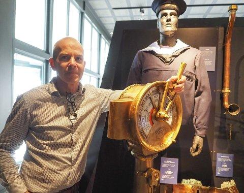 Advarte: Da den midlertidige fredningen av PS «Norge» ble opphevet i 2014, advarte museumsleder Ulf Eirik Torgersen ved narviksenteret om at vrakplyndrerne ville komme med fornyet kraft til Narvik. Det viste seg å stemme. Torgersen betegner det som har skjedd som kulturminnehærverk. På bildet vises det som trolig er motstykket til den nylig stjålne rortelegrafen. Også denne var i sin tid tatt vekk fra vraket av dykkere, men ble for noen år siden overlevert til museets varetekt. På veggen henger et talerør tilsvarende de som nå, ifølge rapportene, er stjålet sammen med rortelegrafen.Foto: Terje Næsje