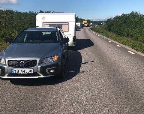 To menn omkom i en ulykke på E10 mellom Abisko og Torneträsk, på strekningen mellom RIksgränsen og Kiruna. En lastebil og en varebil kolliderte. Sjåføren av lastebilen ble lettere skadet.