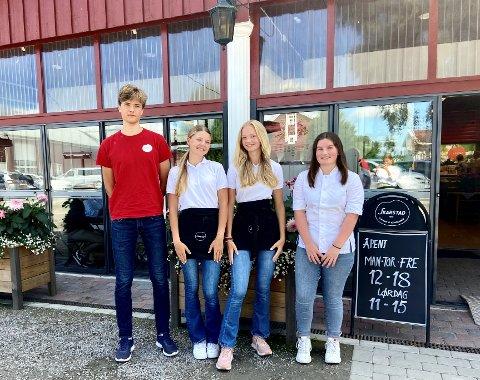 SOMMERJOBB: Isak Krok (17 år), Leona Olstad Grinden (15 år), Mille Marie Skarstad (14 år) og Ine Salbu (17 år) trives med å jobbe i gårdskafeen på Skarstad.