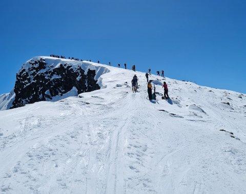 Det er mye folk som benytter pinsen til å dra på topptur i Jotunheimen.