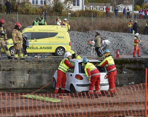 MÅTTE VENTE: I den fiktive ulykken hadde kjøreledningen på jernbanen falt ned. Brannvesenet måtte sikre bilen før ambulansepersonalet kunne sette i gang med hjelpe de skadde.