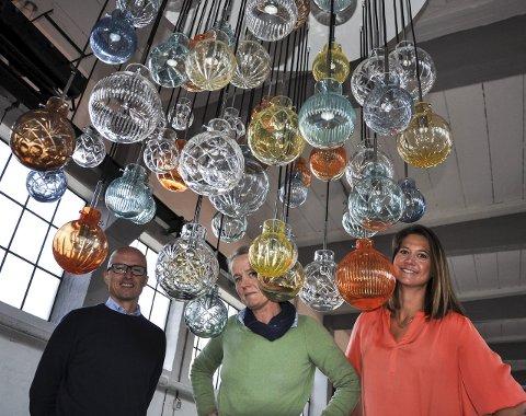 TIL LONDON: Prosjektleder Jan Erik Sørumshagen, sjefsdesigner Maud Gjeruldsen Bugge og markedssjef Cecilie Bjønerbye Jensen reiser til London for å vise fram denne lampa med 55 kupler.
