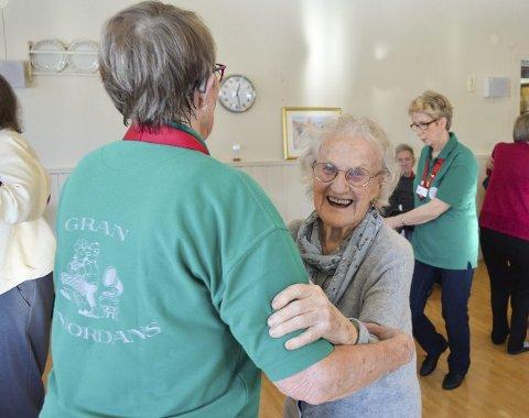 UT PÅ GULVET: 96 år gamle Åse Håkonsløkken var ikke vond å be da Unni Hågensen bød henne opp til dans.
