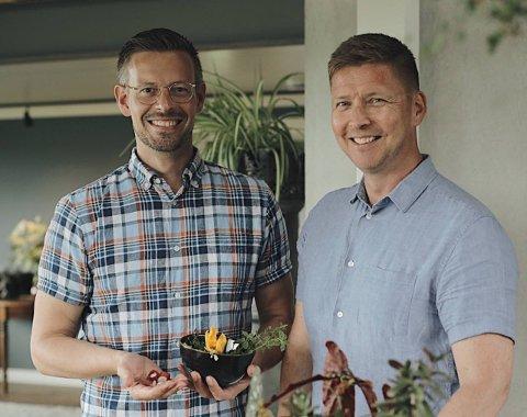 FLYTTET TIL HADELAND: Anders Røyneberg (t.v) og Erik Schjerven har flyttet til landstedet sitt i Brandbu.
