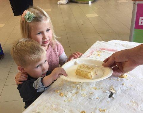 DEN SISTE KAKEBITEN: Disse to småttisene fikk den siste biten av den store HABO-kaka.