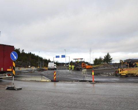 NY RUNDKJØRING: Ved Svinesundparken bygges det nå en ny rundkjøring. Arbeidene skjer i sammenheng med det nye transportsenteret som er under bygging.