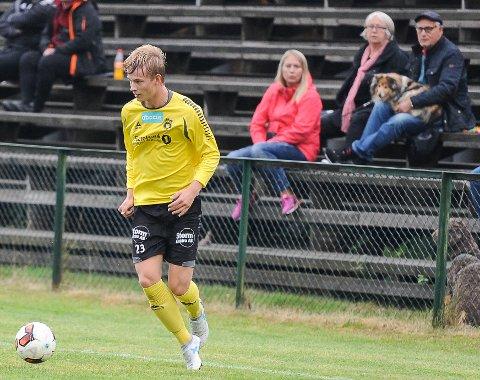 SCORET: Kristian Seteklev scoret for Moss 2, og det med mamma og besteforeldrene (bak) på tribunen på Tistedal stadion.