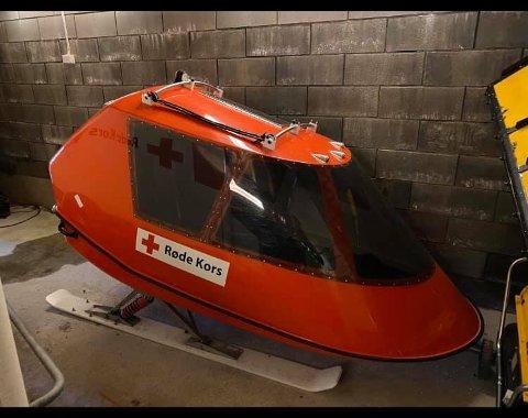 Røde Kors Hjelpekorps har avsatt ein slede til transport av pasientar med mistenkt koronasmitte.