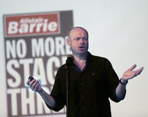 Gjennomgangsfigur: Alistair Barrie serverte først sin egen forestilling «No more stage three» før han gikk inn i rollen som konferansier resten av fredagen og lørdagen under Comedy Weekend i Festiviteten.