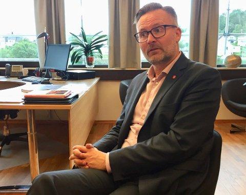 – VELDIG TRIST: Ordfører i Karmøy kommune, Jarle Nilsen, sier at kommunen står klar til å hjelpe dem som har behov for noen å snakke med etter dødsulykken ved Feøy.