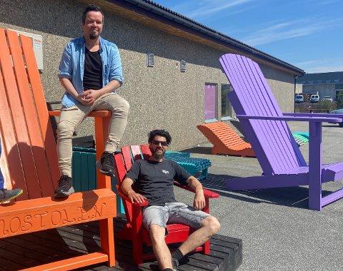 STORFORNØYD: Avdelingsleder i ROP, Ørjan Fredlund og arbeidsleder i Tio, Christoph Biskamp forklarer at alle utemøblene som var til salgs ble revet vekk på under to timer. Etter hvert blir strandstolene også å finne i bybildet i Oslo.