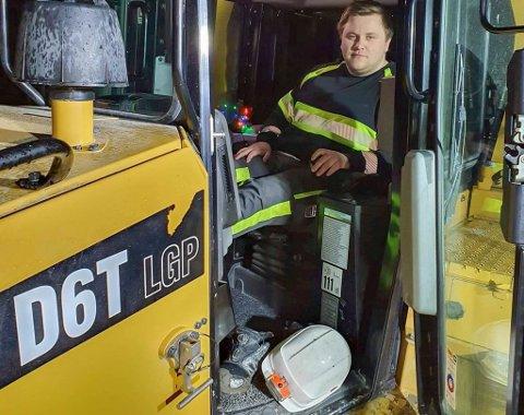 GODT BETALT: Glenn-Are Thorvaldsen Rolstad (21) jobber som maskinfører hos Jan Opgård AS. Han sier at lønna var årsaken til at han valgte dette yrket, og han angrer ikke på det valget i dag.