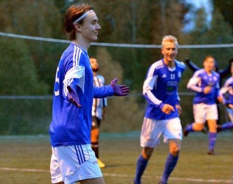 Sebastian Thøger-Andresen jubler etter sine to scoringer mot Kløfta. Nå tipper Lokalfotballen at han blir den neste forsvarssjefen i R&Å.