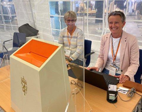 Lise Karin Ledaal Undheim (t.v) og Trude Høyland tar imot stemmer på Amfi Nærbø.