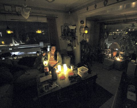 Alt går på strøm: Unn Christina Bjørnsen har tent alle lamper og lys hun har funnet, men ikke er det varme i huset og vannet pumpes av en elektrisk pumpe til brønnen. – Vi blir ganske låst, og litt fortvilet, sier hun etter over sju timer uten strøm. Alle foto: Pål Nordby