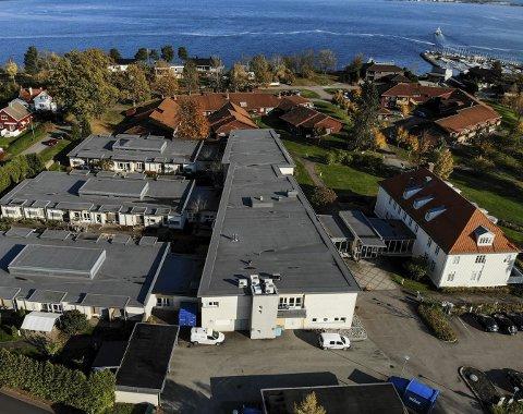ARBEIDSPLASSER: Holmestrand kommune har behov for å rekruttere kvalifiserte sykepleiere til institusjonene her på Rove. Dronefoto: Ulrikke Granbakken Narvesen