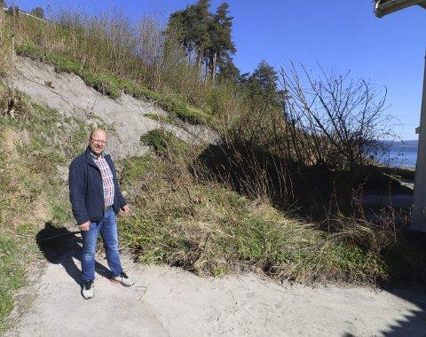Venter på en avgjørelse: Campingplasskriver Jørn Gunnar Kristiansen håper det blir ryddet opp ved kystledhytta før sesongen tar til for alvor. Han håper campingplassen kan bli åpnet 4. mai. Foto: Pål Nordby