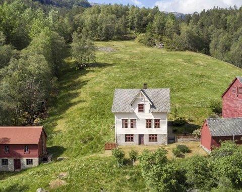 700.000: Dette småbruket i Gjetingsdalen gjekk for 2,5 millionar kroner, nærmare 700.000 over pristyding. Og det utan vassklosett.foto frå finn-annonsen