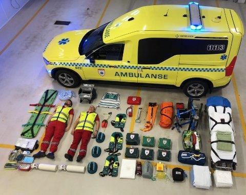 INNHOLD: Dette inneholder en moderne ambulanse til en hver tid, inkludert to ansatte. I dette tilfellet ser vi ambulansearbeiderne Jarand Kristiansen Syftestad (t.v.) og  Eirik Stokke. De jobber i ambulansen på Kongsberg.