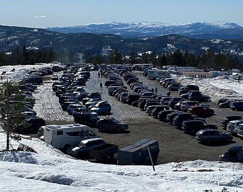 350 biler var det som kunne slippes inn på parkeringen på Liatoppen skjærtorsdag.