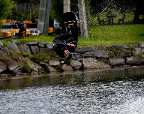 ALLSIDIG: Lasse Steffensen har nå begynt på snøbrettlinja på NTG på Geilo, men satser også på wakeboard. Her flyr han høyt over Lågen lørdag. ALLE FOTO: OLE JOHN HOSTVEDT