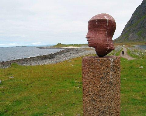 """Verdenskjent: """"Head"""" av Markus Raetz er en del av Skulpturlandskap Nordland og er plassert på Eggum"""