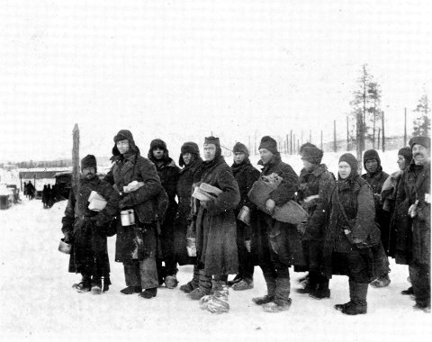 UMENNESKELIG: Fangene hadde kun uniformene sine i vinterkulda. De fikk aldri undertøy eller vintertøy. Mange gikk barføtt i tresko. Foto: Bjørn Westlies bok/William Hakvaags arkiv.