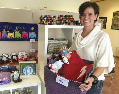 Julebutikk: Elisabeth Bratås i Forut viser fram noen av produktene som blir til salgs i Julebutikken. Foto: Forut