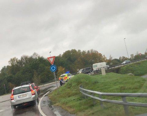 Det ble noen trafikale problemer som følge av uhellet, men ved 18.30-tiden var det på vei til å løse seg opp.