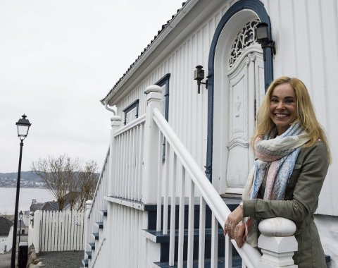 Heier på tikifestivalen: Birgitte Gulla Løken er glad for Line Stabel Thorstensens initiativ til en ungdomsfestival med fokus på Thor Heyerdahls verdier. Hun oppfordrer politikerne til å støtte opp om festivalen, også økonomisk. Foto: Kjersti Bache