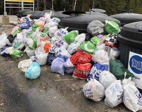 LOVER BEDRING: Sirkula lover bot og bedring. Men først må de finne ut hvorfor søpla hoper seg opp på Budor. Slik så det ut etter årets påskefeiring.