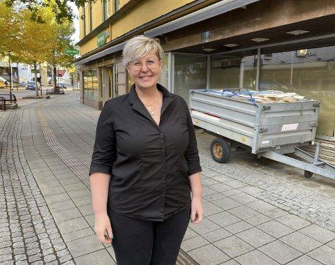 UTVIDER: Specsavers i Storgata utvider lokalene til nesten dobbel størrelse. Lokalene vegg i vegg blir en del av den til sammen 320 kvadrat store butikken. – Det blir en stor forandring og vi gleder oss, sier butikksjef Ingeborg Lintrup.