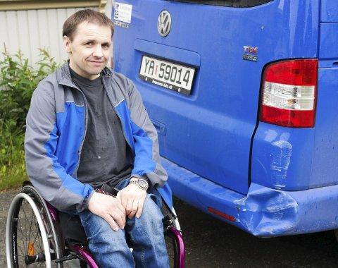Avhengig: Jonny Leiråmo er etter en trafikkulykke for snart 22 år siden, helt avhengig av handikapbilen sin for å komme seg fram og tilbake. Han håper at den personen som bulket bilen hans tidligere i uken, tar på seg ansvaret. Foto: Lisa Ditlefsen