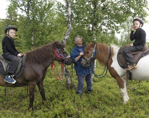 På fire bein: Fra venstre: Julian Fagerli (8) og hesten Brunskotta, oldemor Oddrun Hansen, og Viljar Fagerli (6) og hesten Ljónslöpp. Foto: Vegard Anders Skorpen