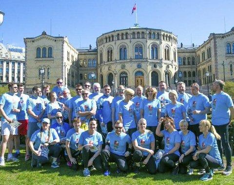 Klare før løpet: En stor gjeng fra Helgeland Sparebank deltok i Holmenkollstafetten. HSB stilte med to lag til start. Foto: Privat