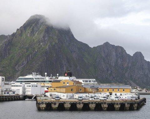 MERKES: Turistene merkes over alt, blant annet i Lofoten der man opplever ville tilstander med bobiler. Martin Kildal lurer på hvor lenge mennesker fra hele verden kan reise nesten hvor de vil i verden. Foto: Marianne Løvland