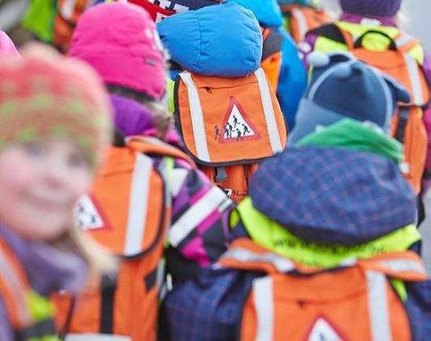 Om lag 3.000 førsteklassinger i Nordland tar i bruk skoleveien denne uka for første gang - med oransje skolesekk. Ikke alle er like begeistret for det. Foto: NFK/Pressebilde/Thor-Wiggo Skille