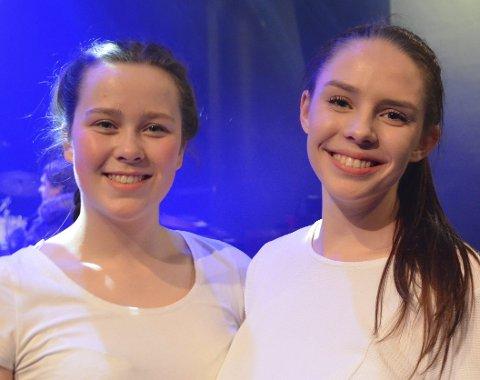 Revysjefer: Anne Margrethe (18) og Hannah (18).
