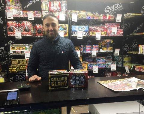 Ahmad selger fyrverkeri i utsalget til Tama bilpleie på Strømsø. Ifølge ham er det helt vanlig å bruke en tusenlapp på fyrverkeri, men enkelte bruker enda mer.