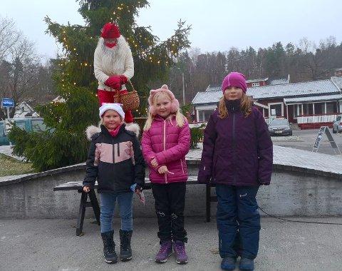 FIKK POSE: Eline, Amalie og Pia synest det var hygelig med julegrantenning og nissepose fra Mulenissen (stående bak), selv om man ikke kan møtes så mange av gangen.